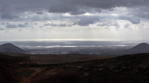 Blick auf die Inselhauptstadt Arrecife mit dem einzigen Hochaus von Lanzarote