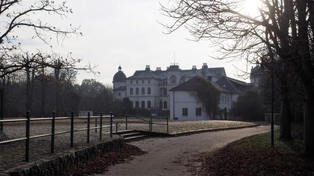 """Ein weiteres Objekt im Immobilienangebot: Schloss Salzau - früher mal Mittelpunkt des """"Schleswig-Holstein Musik Festivals"""" - seit Jahren leerstehend"""