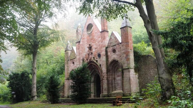 Auf dem Weg zur Burg Falkenstein: Mausoleum - Stempelstelle 207 Harzer Wandernadel
